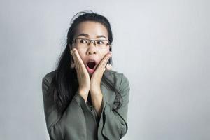 femme choquée sur fond gris photo