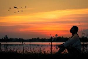 silhouette d'une femme au coucher du soleil photo