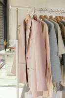 porte-vêtements dans le magasin photo