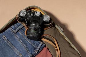 bagages ouverts avec vêtements pliés et appareil photo