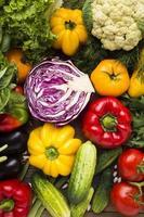 Assortiment de légumes colorés vue de dessus photo