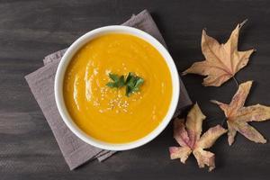 vue de dessus soupe à la crème et feuilles d'automne photo