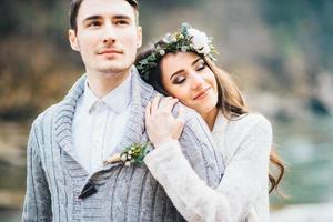 jeune couple amoureux sur une rivière de montagne photo