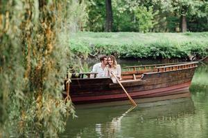 une promenade en bateau pour un mec et une fille le long des canaux et des baies de la rivière photo