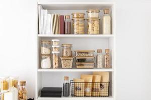 stockage de nourriture organisé dans le garde-manger photo
