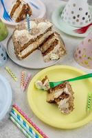 délicieux gâteau sur des assiettes à angle élevé photo