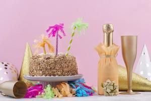 gâteau d'anniversaire avec champagne et décorations photo