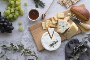 fromage sur une planche de charcuterie photo