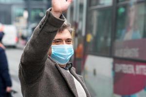porter des masques de protection à l'extérieur dans le centre-ville photo