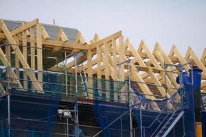 immeuble en rénovation entouré d'échafaudages avec escaliers et planchers apparents photo