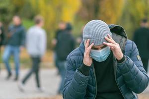 solitude dans le parc pendant la pandémie de covid photo