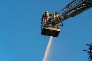 pompiers éteignant un incendie photo