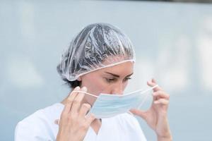 femme médecin mettant son masque facial photo