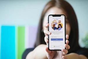 Chiang Mai, Thaïlande, 23 janvier 2021 - femme tenant un téléphone avec l'application Microsoft teams dessus photo