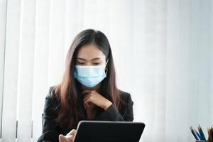 femme d & # 39; affaires à l & # 39; aide de tablette avec masque sur photo
