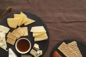 Plateau de fromages sur lin marron photo