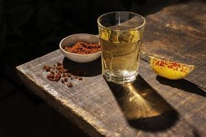 mezcal ou tequila shot avec quartier de citron photo