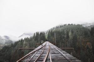 pont de chemin de fer de personne. beau concept de photo de haute qualité et résolution