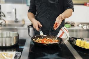 chef masculin ajoutant un plat de piment. beau concept de photo de haute qualité et résolution