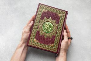 vue de dessus nouvel an islamique avec livre de coran. beau concept de photo de haute qualité et résolution