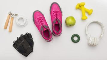 vue de dessus baskets avec des écouteurs de gants de gym. beau concept de photo de haute qualité et résolution
