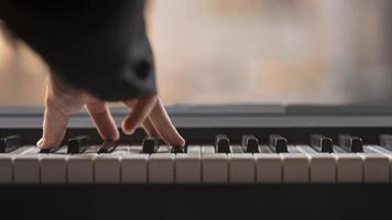jouant le concept de piano numérique. beau concept de photo de haute qualité et résolution