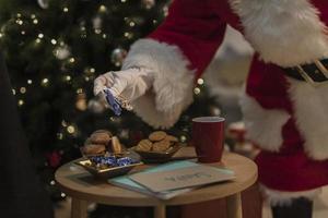 le père noël ayant des biscuits de Noël. beau concept de photo de haute qualité et résolution