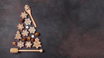 vue de dessus forme d'arbre de Noël fait des biscuits en pain d'épice ustensiles de cuisine avec espace de copie. beau concept de photo de haute qualité et résolution