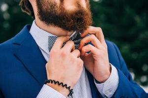 marié dans un costume bleu dans les montagnes des Carpates photo