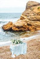 zone de cérémonie de mariage sur la plage de sable photo