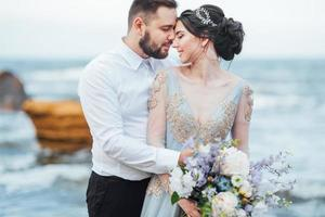 même couple avec une mariée dans une robe bleue à pied photo