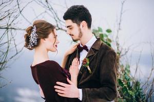 promenez le marié et la mariée dans les montagnes des Carpates photo