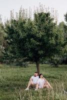 jeune couple amoureux un mec avec une barbe et une fille aux cheveux noirs dans des vêtements clairs photo