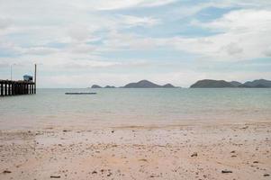mer avec paysage et île en arrière-plan. paysage marin et la structure portuaire dans la mer. photo