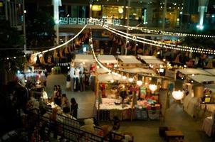 Paysage urbain et paysage de marché aux puces de nuit dans un centre commercial communautaire avec les lumières de bokeh sélectif en arrière-plan photo