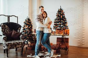 mec et une fille célèbrent la nouvelle année ensemble et se donnent des cadeaux photo