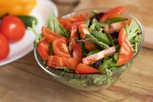 Salade délicieuse à angle élevé dans un bol photo