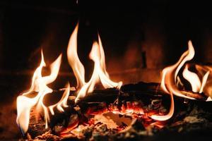 brûler un feu couvant dans une cheminée en pierre photo