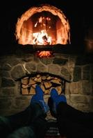 mec et fille sont assis sur le fond d'une cheminée en feu photo