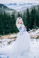 Mariée en blanc dans les montagnes des Carpates photo