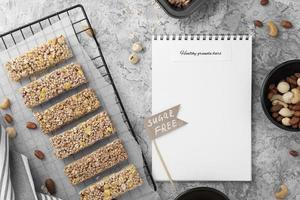 snack-bars sans sucre et vue de dessus de cahier photo