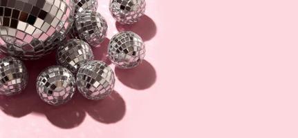 boules disco sur fond rose photo
