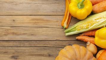 Légumes orange et jaunes sur table en bois photo