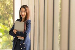 asiatique, femme affaires, tenue, ordinateur portable photo