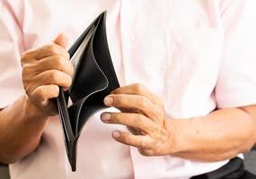 portefeuille vide d'homme âgé photo