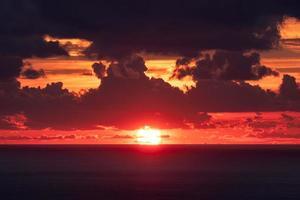 coucher de soleil sur l'horizon dans la mer tropicale avec nuageux photo