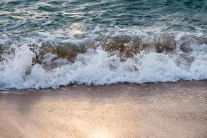 éclaboussures de vagues sur la plage tropicale photo