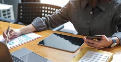 femme d'affaires consultant en investissement analysant l'état du bilan du rapport financier annuel de l'entreprise travaillant avec des graphiques de documents. concept photo d'entreprise, marché, bureau, impôt.