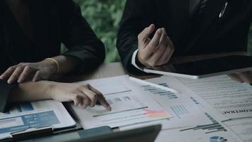 fermer les gens d'affaires se réunissant pour discuter de la situation sur le marché. concept financier d & # 39; entreprise photo