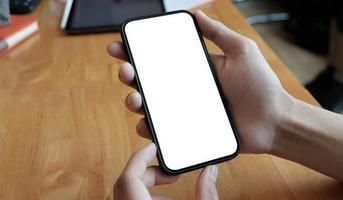vue recadrée de jeune femme tenant un smartphone avec une zone d'écran vide pour votre internet. photo